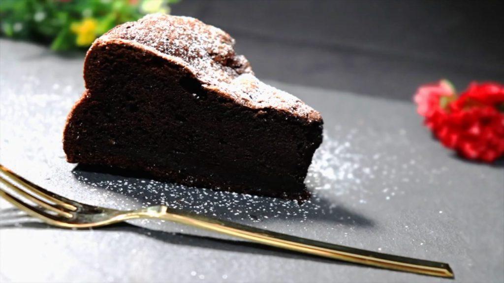 カットしたガトーショコラケーキ